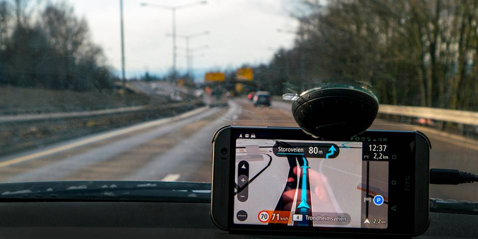 TomTom Go Mobile Offers Free Miles and Traffic Info